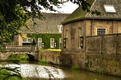 Schloss mit Burggraben Stockfotos