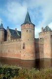 Schloss mit Burggraben Lizenzfreie Stockfotos