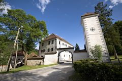Schloss mit Glockenturm nahe Ljubljana Stockfotos