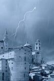 Schloss mit Spitzen in Urbino Stockfotos