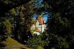 Schloss mit Uhr im Park Stockfotos
