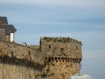 Schloss nahe dem Meer Stockfoto