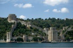 Schloss nahe dem Wasser Stockbild