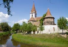 Schloss nahe einem Fluss Stockfotos