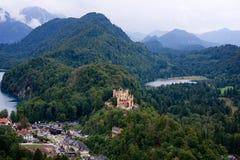 Schloss neben dem See Lizenzfreie Stockfotos