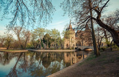 Schloss neben dem See - Budapest lizenzfreie stockfotos