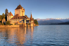 Schloss Oberhofen no lago Thun, Switzerland fotografia de stock