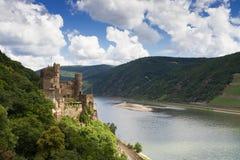 Schloss Rheinstein, welches das Rhein-Tal übersieht lizenzfreie stockfotografie