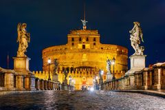 Schloss Sant Angelo und Brücke nachts in Rom, Italien lizenzfreies stockfoto