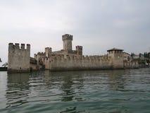 Schloss-See-Italien-Boot groß Lizenzfreies Stockbild