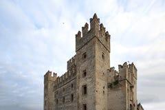 Schloss in Sirmione Ansicht zum mittelalterlichen Schloss Rocca Scaligera in Sirmione-Stadt auf Garda See, Italien Scaliger-Schlo stockbilder