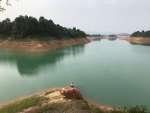 Schloss-Spitze und grünes Wasser lizenzfreie stockfotografie