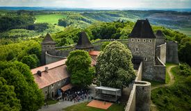 Schloss Sun-Landschaftsdorfkirchen-Gebirgswolken Lizenzfreie Stockfotografie