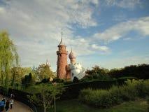 Schloss umgeben durch Garten lizenzfreie stockfotos