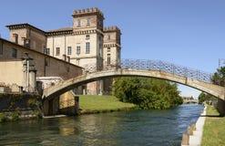 Schloss und alte Brücke, Robecco-sul Naviglio Lizenzfreie Stockfotos