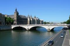 Schloss und Brücke über Seine in Paris Stockfoto