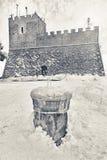 Schloss und Brunnen schneebedeckt lizenzfreie stockfotos