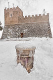 Schloss und Brunnen schneebedeckt stockfotografie