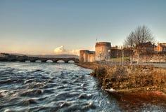Schloss und Fluss des Königs Johns Stockfotografie