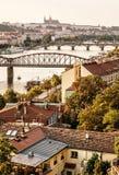Schloss und Fluss die Moldau mit Brücken, Prag, Tscheche, gelbes filt Stockfotografie
