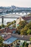 Schloss und Fluss die Moldau mit Brücken, Prag, Tschechische Republik Stockfotografie