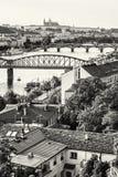 Schloss und Fluss die Moldau mit Brücken, Prag, Tschechische Republik, Co Stockfotografie