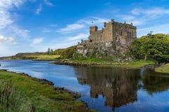 Schloss und Hafen Dunvegan auf der Insel von Skye, Schottland stockfotografie