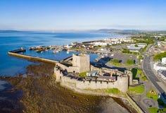 Schloss und Jachthafen in Carrickfergus nahe Belfast Stockbilder