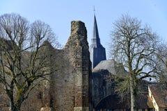 Schloss und Kirche von Sainte-Suzanne in Frankreich Lizenzfreies Stockbild