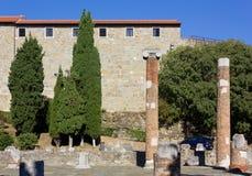 Schloss und Roman Forum auf Hügel Sans Giusto in Triest lizenzfreie stockfotografie
