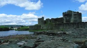 Schloss und Ruinen Caerphilly mit Burggraben und landscpae lizenzfreie stockfotografie