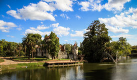 Schloss und See des Rodo-Parks, Montevideo, Uruguay lizenzfreie stockbilder