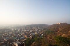 Schloss und Stadt in den Hügeln lizenzfreies stockfoto