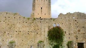 Schloss und Turm von ninfa Ruinen in Lazio- - Latina-Provinz - Italien stock footage