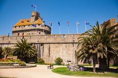 Schloss und Verstärkungen von Saint Malo lizenzfreie stockfotografie