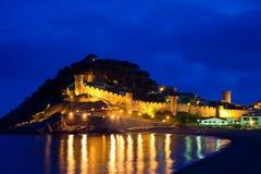 Schloss Vila-Vella in der Nacht. Spanien Lizenzfreie Stockfotos