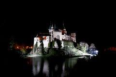 Schloss von Bojnice bis zum Nacht Stockfotos