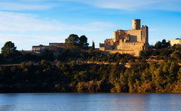 Schloss von Castellet und die Einsiedlerei von St Peter Stockbild