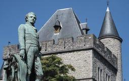 Schloss von Gerald der Teufel und die Statue von Bauwens in Gent Stockfotos