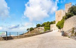 Schloss von Venus-Promenade in Erice, Italien stockfotos