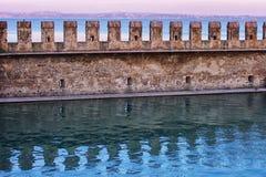 Schloss-Wand im Wasser in Italien Stockfoto