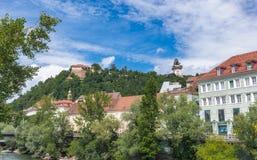 Schlossberg wzgórze w Graz na niebieskiego nieba tle Zdjęcie Royalty Free