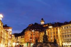 Schlossbergen eller slottkullen på natten, Graz, Österrike fotografering för bildbyråer
