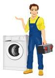 Schlosser, der einen Werkzeugkasten hält und nahe bei einer Waschmaschine zeigt etwas aufwirft Lizenzfreie Stockfotografie