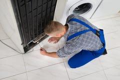 Schlosser Making Refrigerator Appliance Stockfotos