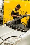 Schlosser repariert Windschutzscheibe des Autos Stockfotos
