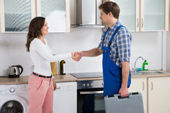 Schlosser-Shaking Hands With-Frau Lizenzfreies Stockfoto