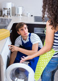 Schlosser und Kunde nahe Waschmaschine Stockfotografie