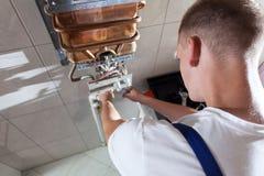 Schlosser während der Arbeit im Badezimmer Lizenzfreie Stockbilder