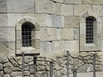 Schlossfenster ist schmal Stockfoto